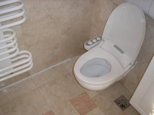 Color-bid ezüst falra függesztett wc-re szerelve, falon kívüli vízbekötés