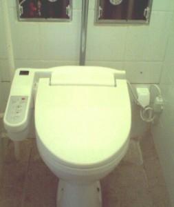 Electro-bid lakótelepi panel wc-be szerelve, vízbekötés a wc mögötti hidegvizes strangról